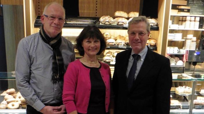 Dr. Norbert Röttgen, Vorsitzender des Auswärtigen Ausschusses; Sabrina Gutsche, Vorsitzende der Frauen Union Meckenheim mit dem Geschäftsführer der Bäckerei Mauel Meckenheim.
