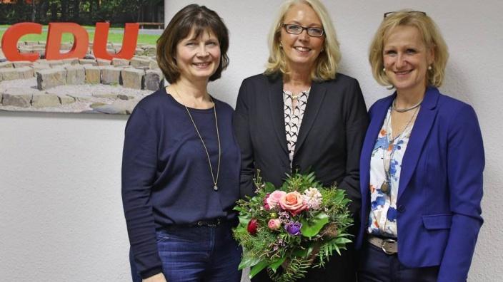 Dr. Hildegard Schneider (Mitte) mit ihren Stellvertreterinnen, Sabrina Gutsche (li.) von der FU Meckenheim und Monika Grünewald (re.), FU Hennef.