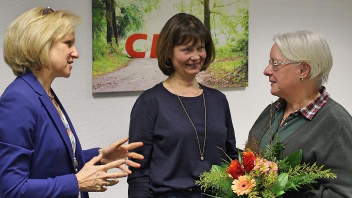 Dankeschön an Heidi Rahmel für 20 Jahre aktiver Mitwirkung in der FU Bezirk Mittelrhein: Monika Grünewald und Sabrina Gutsche (stellv. Vorsitzende FU Rhein-Sieg) überreichen Heidi Rahmel (FU Troisdorf) einen Blumengruß.