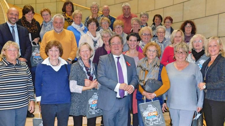 Ganz überraschend: MP Armin Laschet stellt sich zur Hennefer Besuchergruppe