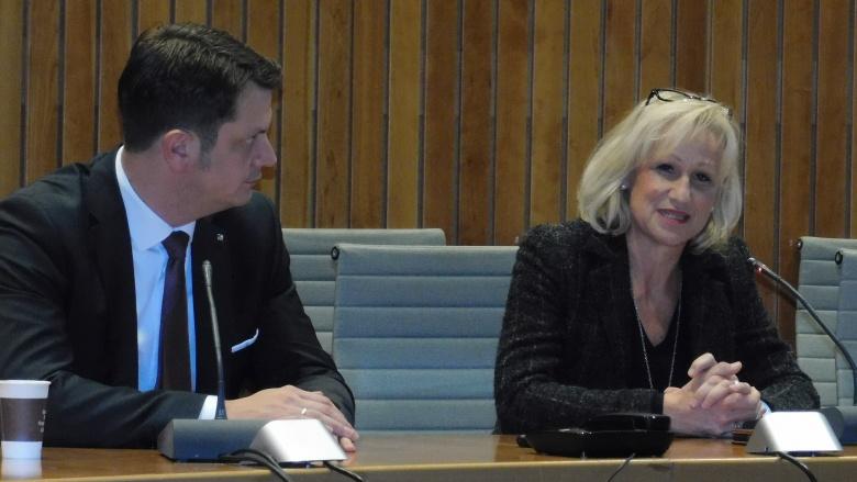Monika Grünewald bedankt sich bei Björn Franken für die Einladung.