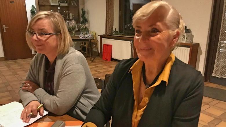 Irene Hargarten (re) ist seit über 20 Jahren Koordinatorin der Kleiderstuben des Rhein-Sieg-Kreises.