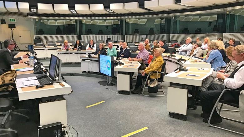 Wir erfahren viel über die Europäische Kommission! Ulrich Trautmann informiert und diskutiert