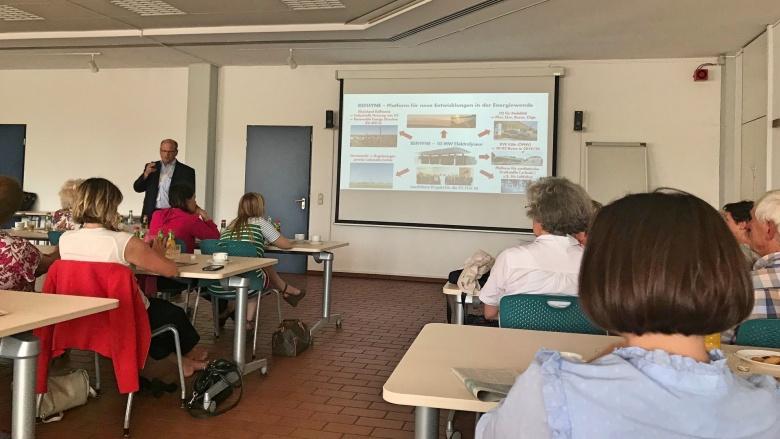 Shell Raffinerie Wesseling: Das Thema Wasserstoff weiter im Focus, gemeinsam mit der FU Mittelrhein. Dr. Jörg Dehmel,Technologieleiter der Raffinerie, informiert.