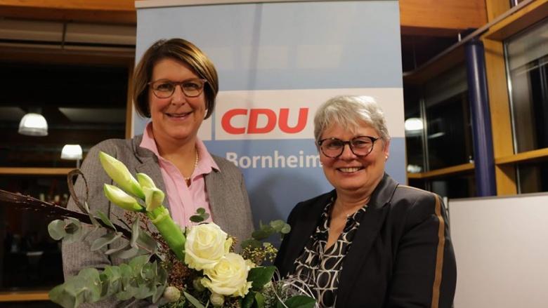 Gabriele Kretschmer (re) bleibt Vorsitzende der CDU Bornheim. Petra Heller gratuliert