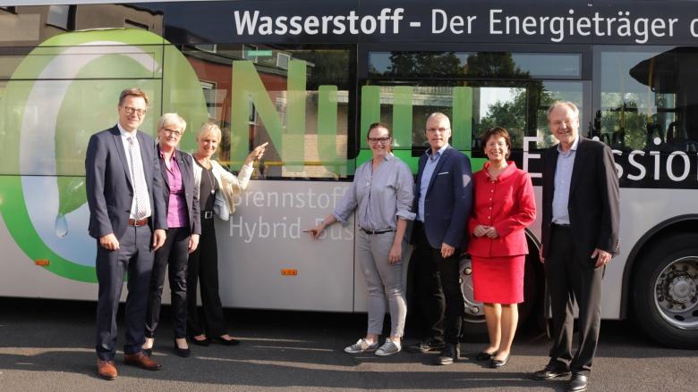 30 Wasserstoff-Busse fahren ab diesem Jahr beim Regionalverkehr Köln: Wir lernen eine kennen bei unserer Diskussion mit Marie-Luise Dött und Wissenschaftlern beim Thema zukünftiger Verkehrsmobilität