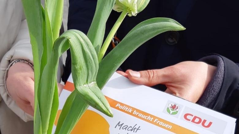 Blumen und Infos beim politischen Infostand der CDU Frauen