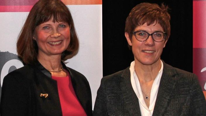 Sabrina Gutsche (li) mit Annegret Kramp-Karrenbauer