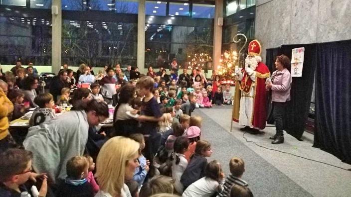 Rita Schreiber (li) lädt Kinder und Eltern zum Nikolausfest der FU Bornheim