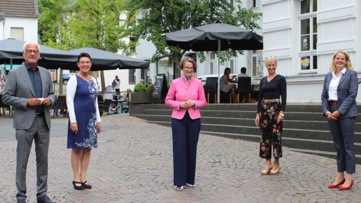 Ina Scharrenbach (Mitte) zu Besuch bei Ulla Thiel (rechts), der CDU-Bürgermeisterkandidatin der Kreisstadt Siegburg im Rhein-Sieg-Kreis. Bürgermeister Franz Huhn und die Kreisvorsitzende der Frauen Union Rhein-Sieg, Monika Grünewald (2.v.r.) und Ratsfrau