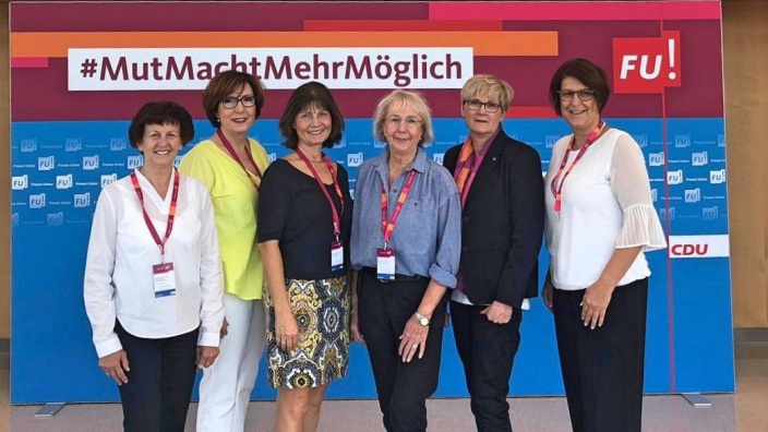 Unser Team in der Bundesversammlung (v.li.n.re.): Notburga Kunert, Karla Neisse-Hommelsheim (stell. Bundesvors.), Sabrina Gutsche, Monika Krämer-Breuer (Bonn), Martina Engels-Bremer (Vors. FU Mittelrhein), Petra Heller (FU Landesvorstand/Rhein-Sieg-Kreis