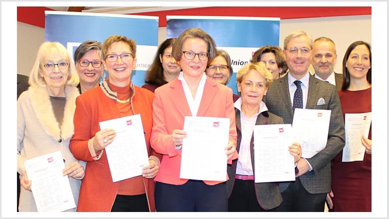 Der Vorstand der Frauen Union Wachtberg mit Ina Scharrenbach und Norbert Röttgen: Maike Scholz (li. neben I. Scharrenbach) stellt das Jahresprogramm vor.