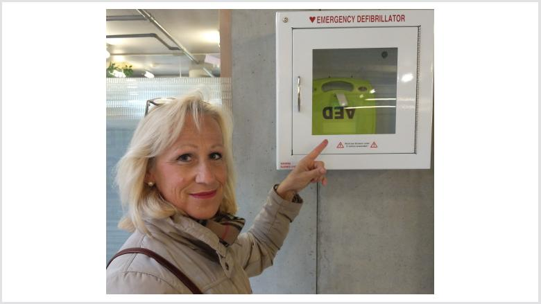 Im weißen Kasten an der Wand befindet sich der Defibrillator hier im Hennefer Rathaus am Eingang