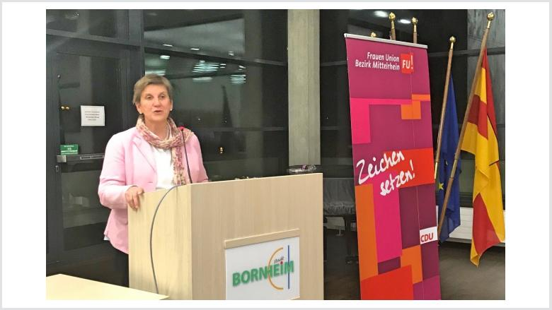 Dr. Claudia Lücking-Michel erläutert internationale Entwicklungshilfe der AGEH.